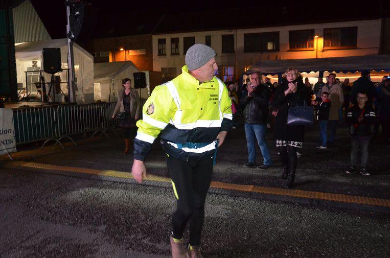 Ninovieter Serge Van Lierde start zijn X-Mas Walking. Hij stapt 48 uur voor het goede doel Foundation Jana De Koker.