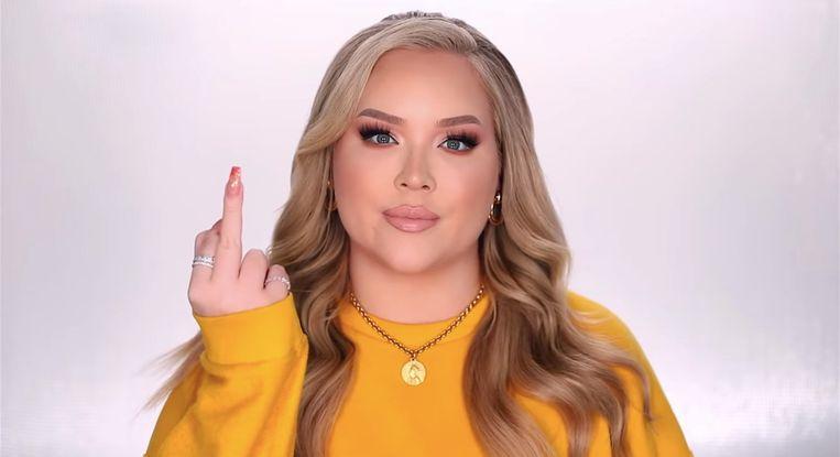De Nederlandse YouTube-ster Nikkie Tutorials laat in haar video zien hoe ze denkt over haters. Beeld NikkieTutorials