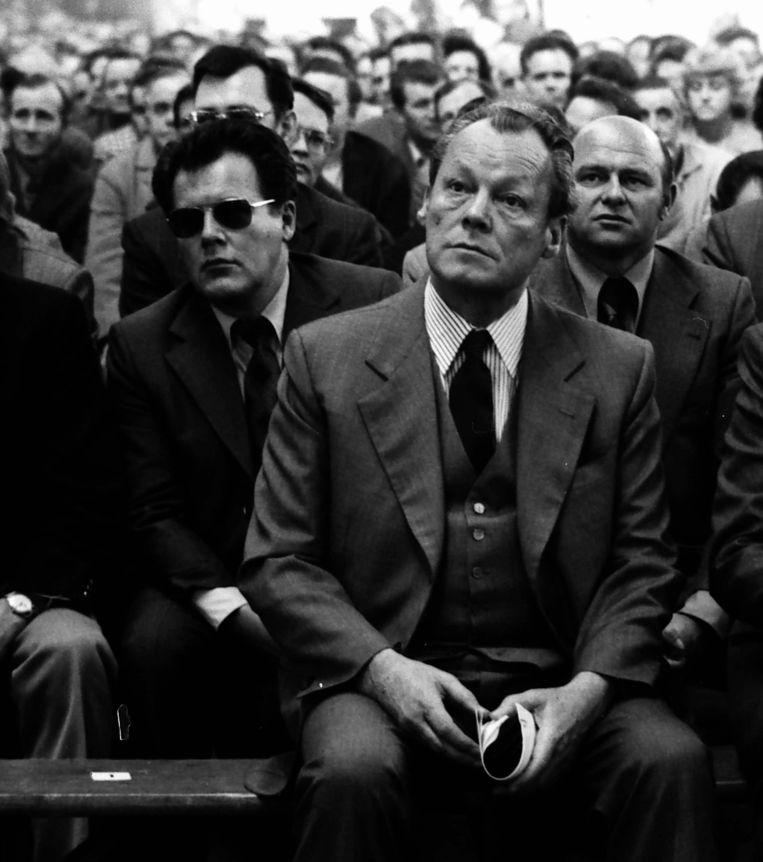 De West-Duitse bondskanselier Willy Brandt met Pierres vader Günter Guillaume (met zonnebril), die in 1974 werd ontmaskerd als DDR-spion. Beeld ullstein bild via Getty Images