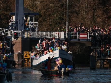 Intocht Sint in Doetinchem als vanouds vanaf De Bleek, ondanks wegopbreking
