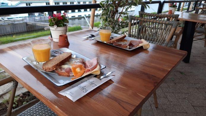 Bij horecagelegenheid Kade 7 in Tolkamer konden gasten tussen 06.00 en 11.00 een gratis ontbijtje scoren nu de terrassen weer langer open zijn.