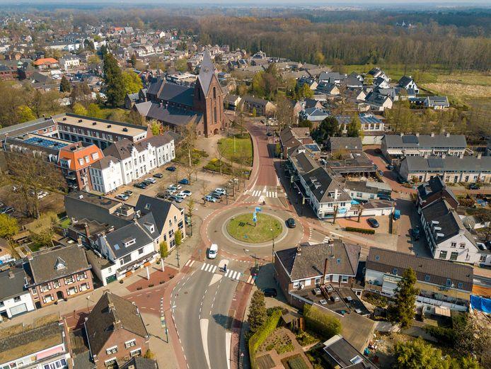 De rotonde bij het Wilhelminaplein in Heeze waar de Jan Deckersstraat, Nieuwendijk en de Oude Stationsstsraat samenkomen.