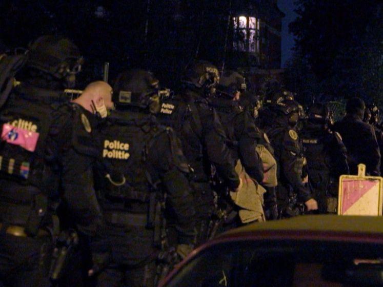 """40 agenten vallen binnen in gigantisch kraakpand: """"Ik was aan het slapen, waarom zo gewelddadig?"""""""