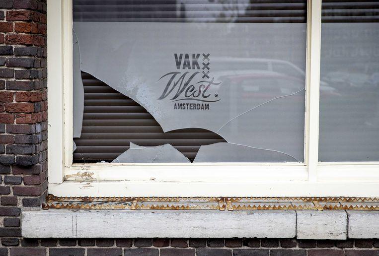 Schade aan de gevel van het cafe Vak West in de Amsterdamse Balboastraat, waar een ontploffing geweest. Eerder deze week waren er ontploffingen bij twee gelegenheden in Rotterdam die door fans van Feyenoord worden bezocht.  Beeld ANP
