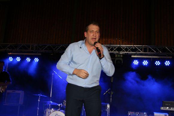 Zanger Freek Vanrooy tijdens een optreden
