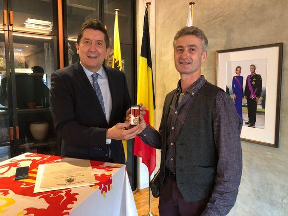 Gert-Jan krijgt uit handen van de gouverneur een burgerlijk ereteken voor moed en zelfopoffering.