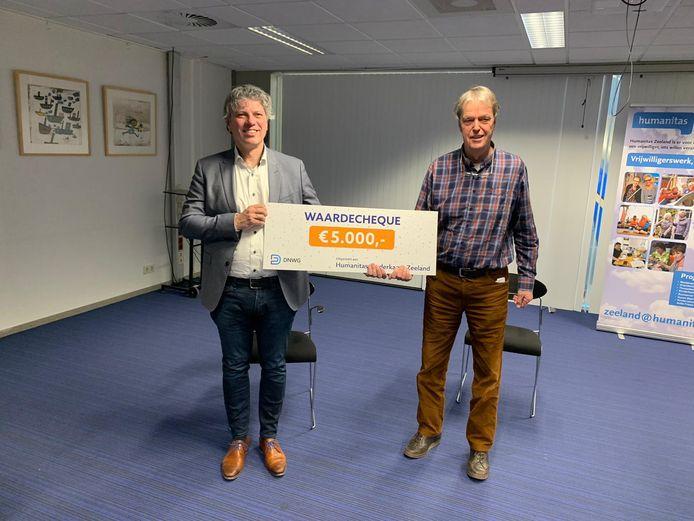 Koen Verbogt, directeur van DWNG. overhandigt de cheque aan voorzitter Cees Neijenhof van Humanitas Zeeland.