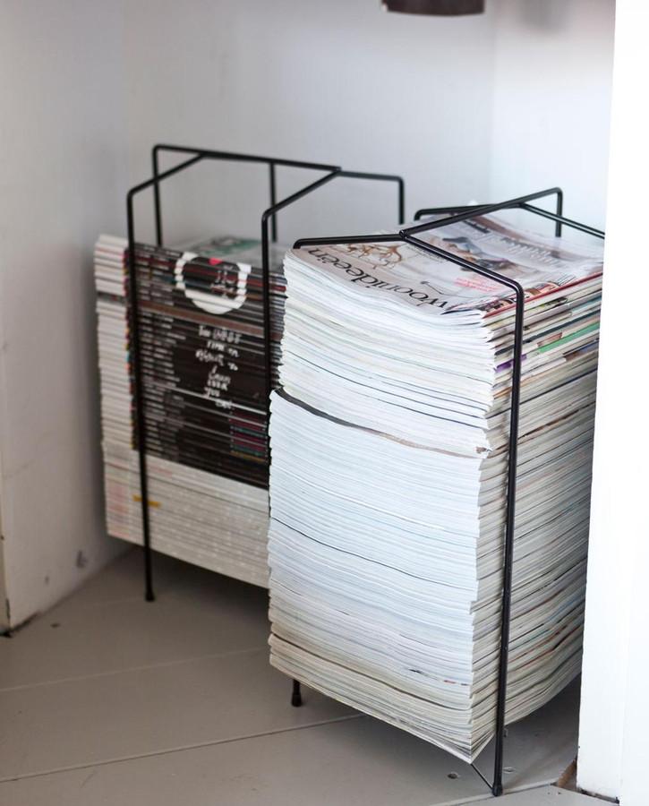 Deze stapels tijdschriften liggen voor het grijpen, maar het strakke, zwarte stalen 'jasje' behoedt hen voor verschuiven en omvallen. En het ziet er bovendien net allemaal even wat strakker en industriëler uit.