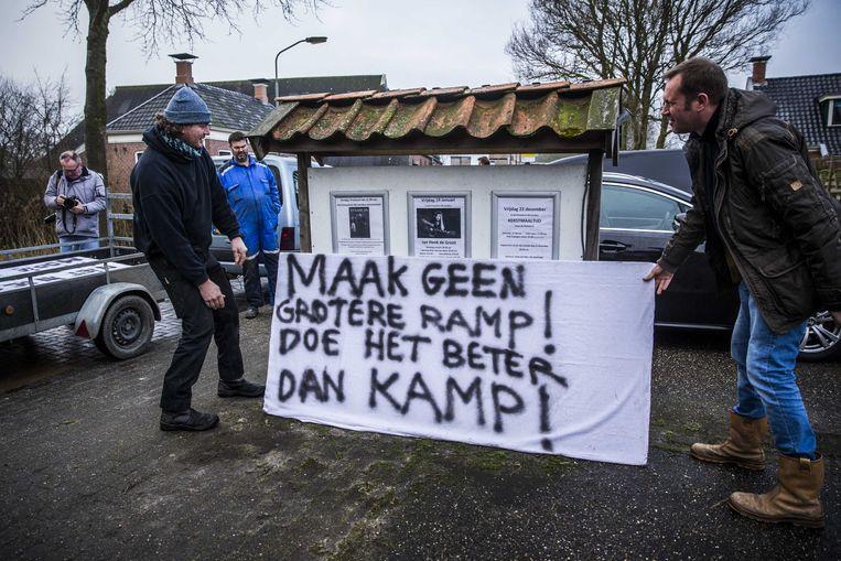 9 januari: inwoners van Zeerijp maken zich op voor de komst van minister Wiebes naar hun dorp na een aardbeving door gaswinning. Beeld ANP