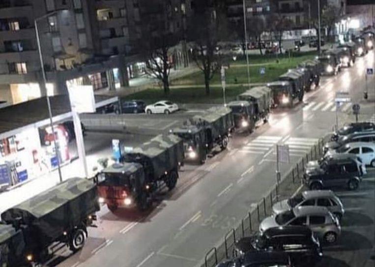 Een colonne legervoertuigen -gevuld met doodskisten- doorkruist het centrum van Bergamo.