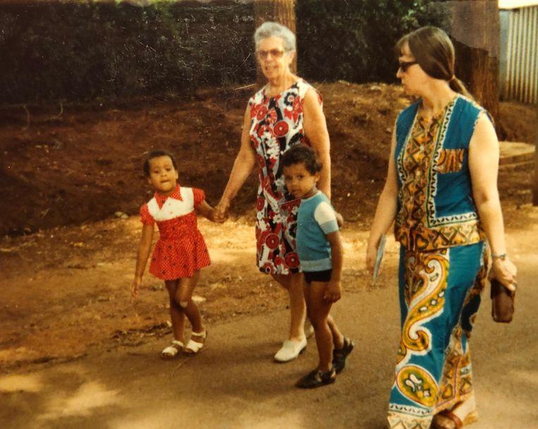 Claire Beckers (r) met haar moeder en twee kinderen Beeld RV