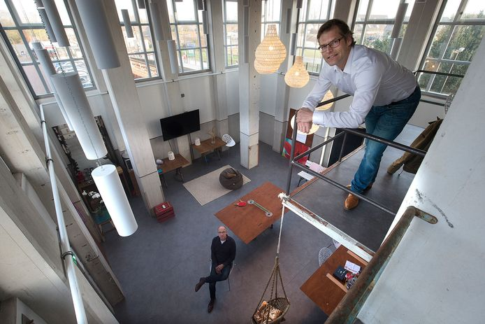 Rinkjan Postma van BOEi (boven) en Bryan Klein Bluemink van Hurenkamp Architecten in één van de ruimten in de Graansilo. Foto Theo Kock.