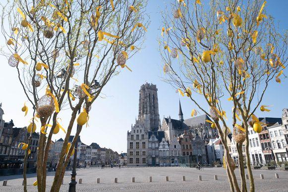 Twee paasbomen kleuren de Grote Markt van Mechelen.