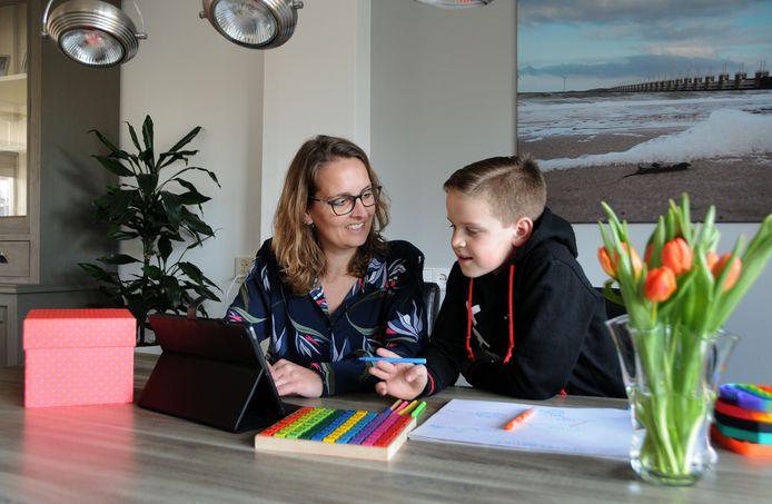 Sharon Landman geeft huiswerkbegeleiding. Hier werkt ze met haar eigen zoon Levi (10).