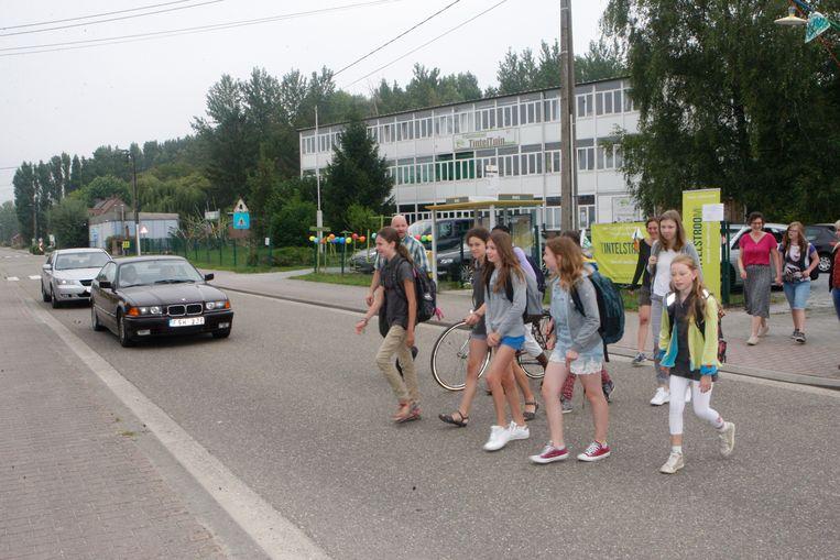 Leerlingen van TintelTuin en TintelStroom steken de Budingenweg over.