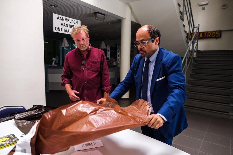Oppositieraadslid Peter De Ridder (Boom één) en schepen Francisco Sanchez Santos vergelijken de twee soorten afvalzakken.