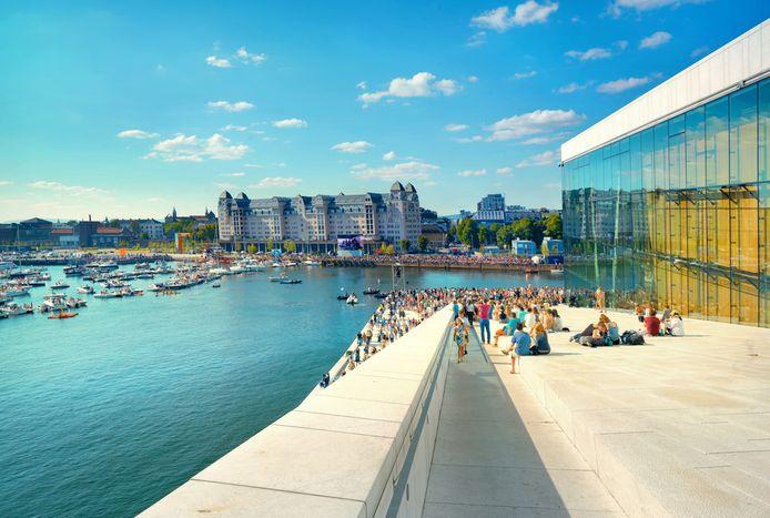 Een zomerse dag in Oslo, met zicht op de haven vanaf het dak van het Opera House.