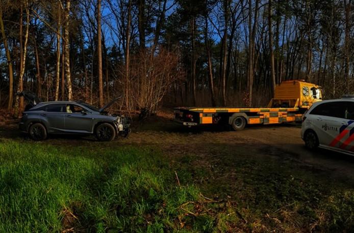 De Lexus werd gedumpt in het bos.