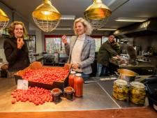 Duizenden porties tomatensoep onder de kerstboom voor kwetsbare ouderen in Den Haag en Westland