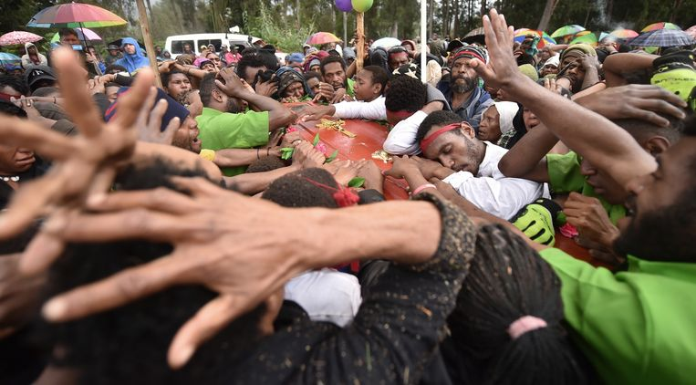 Inwoners van Pilikambi en familieleden rouwen om de 16-jarige Chris Solomon die in 2018 werd vermoord door een rivaliserende stam.  Beeld AFP