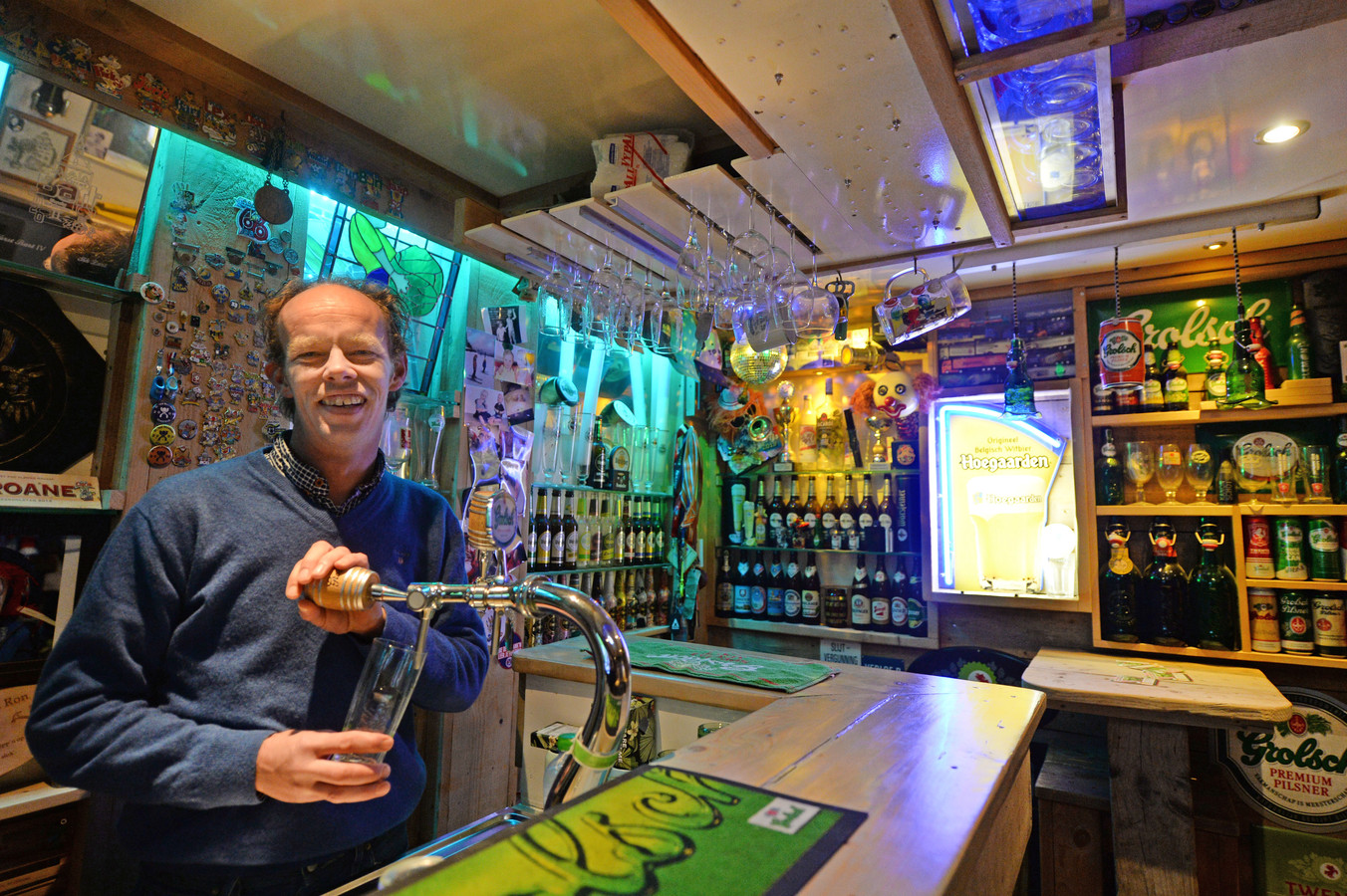 Bas Perik is trots op zijn 'kroeg' waarvoor hij ook de bar zelf bouwde. FOTO: Annina Romita AR20210111