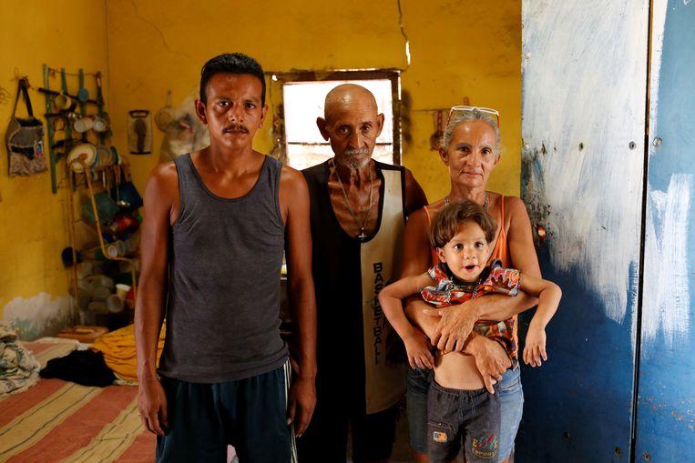 Zulay Pulgar met haar zoon Emmanuel, haar echtgenoot en haar vader. Beeld REUTERS
