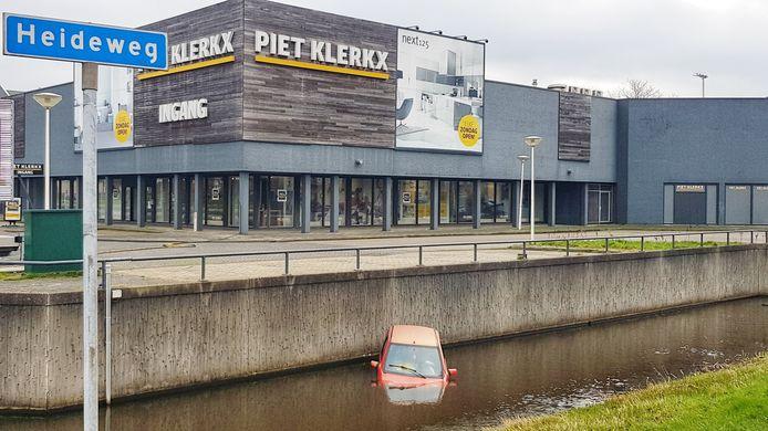 Brommobiel te water bij Piet Klerkx in Amersfoort.