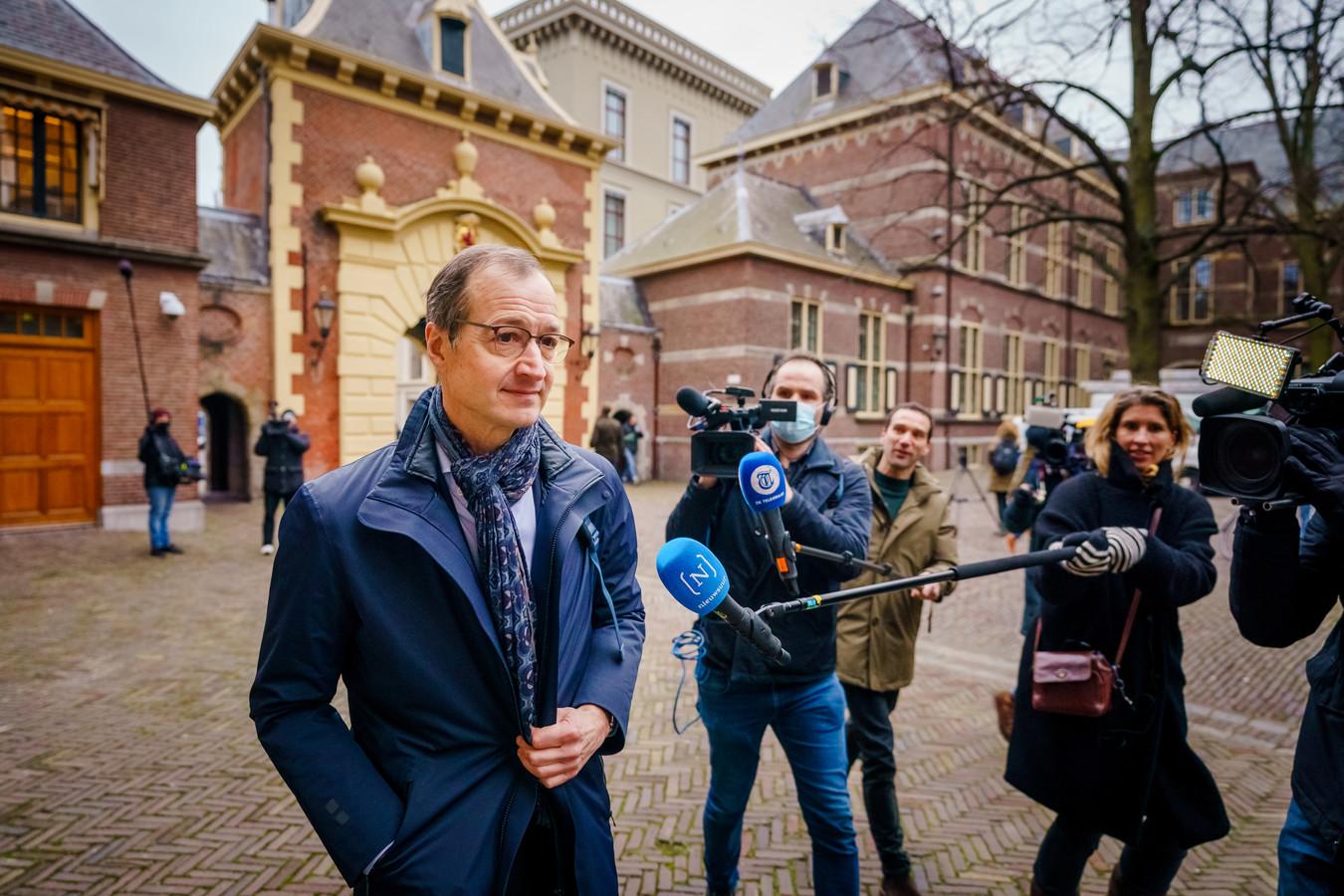 Minister Eric Wiebes op het Binnenhof in Den Haag voorafgaand aan de ministerraad. Mogelijk valt het kabinet vandaag naar aanleiding van de toeslagenaffaire.
