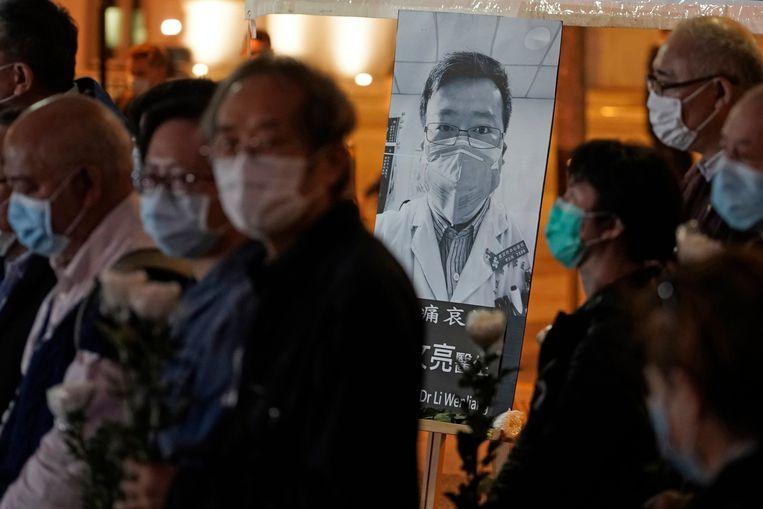 Mensen wonen een wake bij voor de overleden arts in Hongkong.