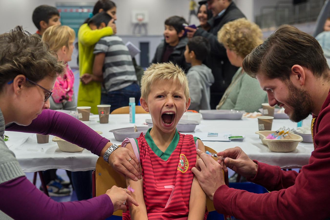 Ter illustratie: Honderden kinderen in Arnhem krijgen een inenting tegen ziekten als difterie, tetanus en polio.
