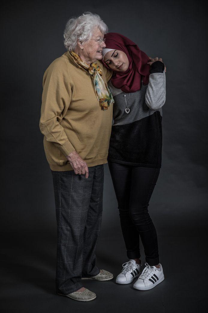 Henni (85) en Inas (29), een van de foto's uit Negin Zendegani's reeks 'Vertel me alles'.