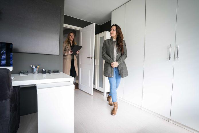 Een belangstellende wordt door een makelaar rondgeleid tijdens een bezichtiging aan een woning.