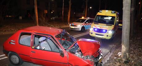 Vrouw gewond na botsing met auto tegen boom in Nijmegen
