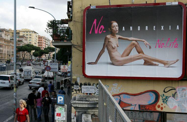 Een billboard in Rome met een foto van model en actrice Isabelle Caro, die aan anorexia lijdt. Fotograaf Oliviero Toscani wilde hiermee aandacht vragen voor de ziekte. Beeld AFP