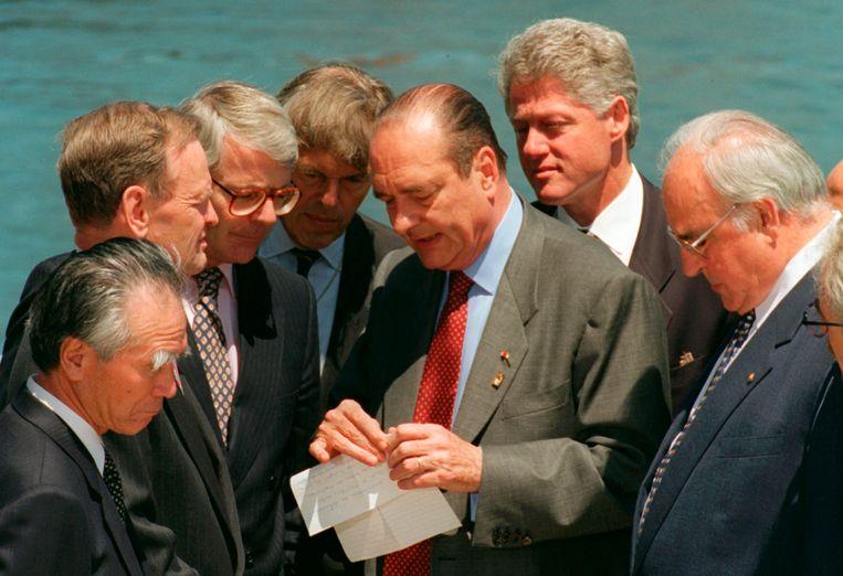 Jacques Chirac, in het midden, omringd door andere wereldleiders op de G7-top in Halifax, 1995. Beeld AP