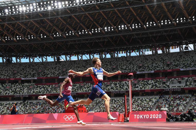 Karsten Warholm (r) verbetert het wereldrecord op de 400 meter horden. De Noorse atleet zet vraagtekens bij de nieuwste generatie sportschoenen. Beeld AFP