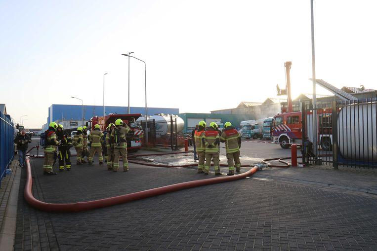 De brandweer in Alblasserdam probeert de tankwagen te koelen om stankoverlast tegen te gaan. Beeld ANP
