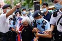 Een pro-democratische demonstrant wordt meegenomen door de politie.