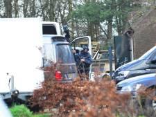 Zwaarbewapende politiemensen stuiten op criminelen in draaiend drugslab in Neerkant: vier aanhoudingen