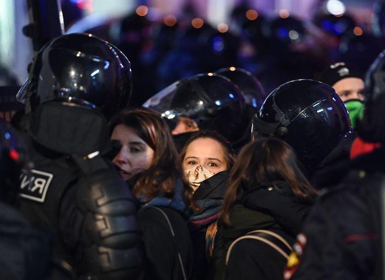 De politie arresteert demonstranten die in Moskou protesteren tegen de veroordeling van Alexej Navalny. Beeld AFP