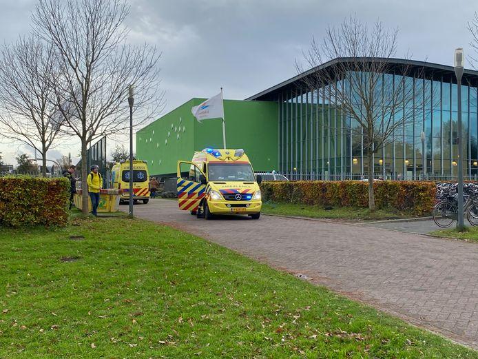 Hulpdiensten bij de school waar vanochtend een leerling onwel werd. De 13-jarige jongen is overleden.