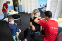 Rimante Urbone, arbeidsmigrant uit Litouwen, is met haar zoontje naar de moskee gekomen om zich te laten vaccineren