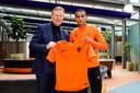 Ronald Koeman en Mohamed Ihattaren met het Oranje-shirt.