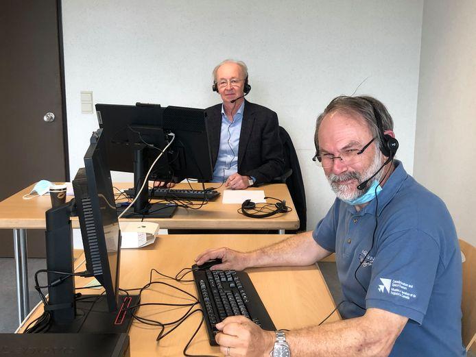 Paul Govaers en Albert Hisniaux aan de slag in het callcenter.