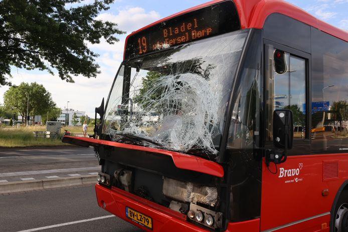 Fietser zwaargewond bij aanrijding met bus in Veldhoven.