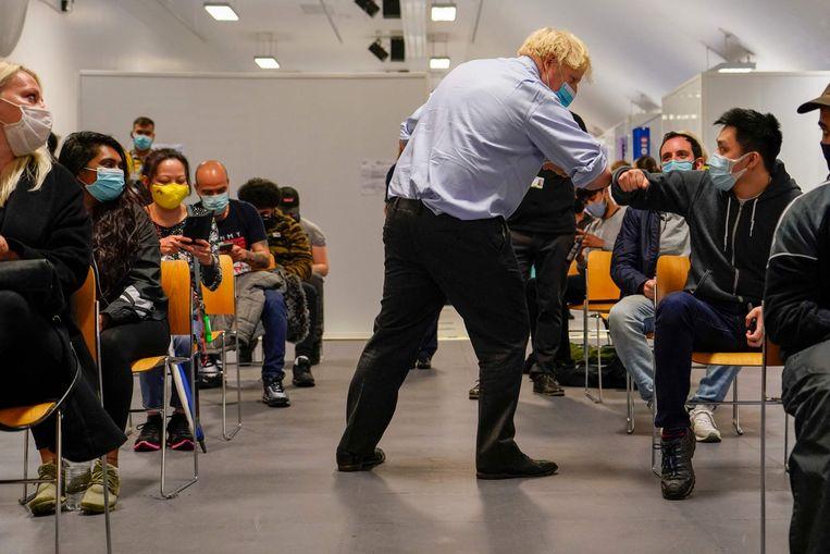 Boris Johnson tijdens een bezoek aan een vaccinatiecentrum in Londen.  Beeld AFP