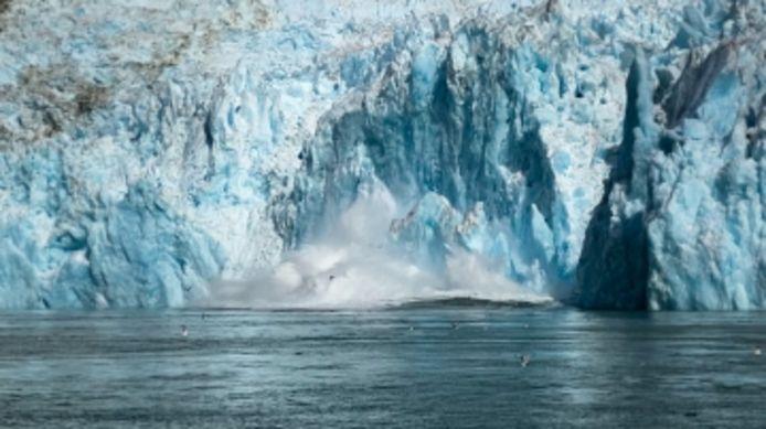 La chute spectaculaire d'un morceau de glacier filmée en Alaska.