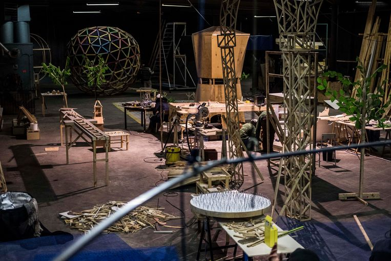 De site staat vol met fantasierijke bouwsels uit recup-materiaal, zoals een grote Bialetti-koffiepot, een getimmerde boom en een zelfgebouwde auto. Beeld RV Robbrecht Desmet
