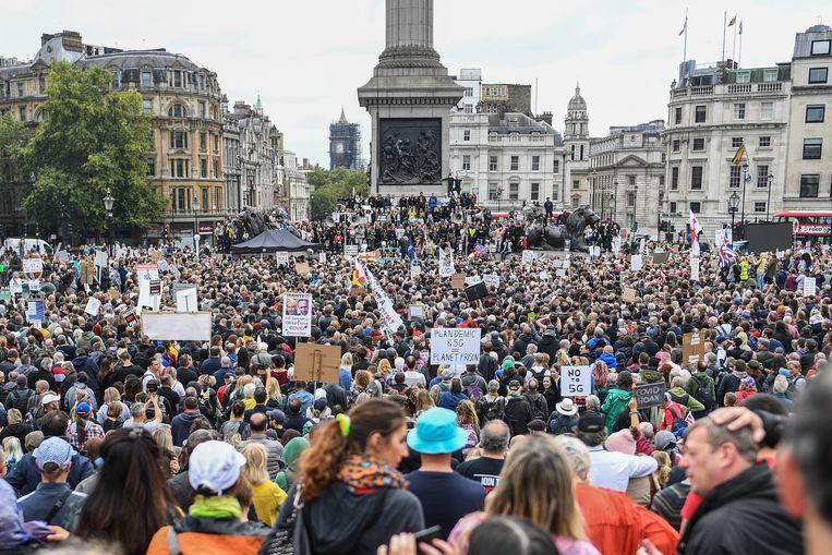 Meer dan tienduizend Britten verzamelden op Trafalgar Square in Londen om te protesteren tegen mondmaskers en andere coronaregels.  Beeld Getty Images