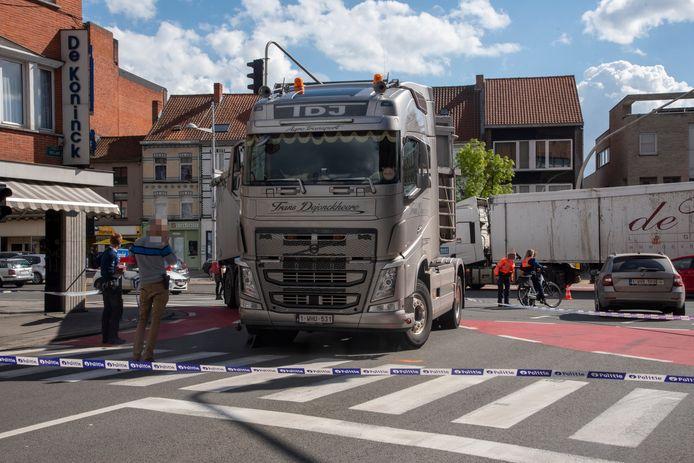 De vrouw kwam onder de vrachtwagen terecht toen hij afsloeg naar Boelare.